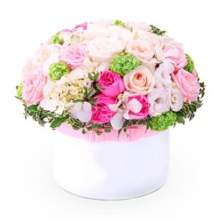 Цветы в коробке с декоративными цветами