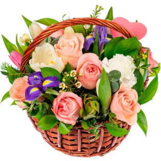Цветы в корзинке с ирисами
